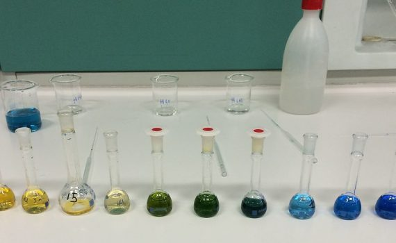 From left to right solutions of 0.1 M HCl, 3 buffer solutions of pH 3.78, 3 of pH 4.00, 3 of pH 4.62 and NaOH 0.1 M after adding different amounts of bromocresol green.