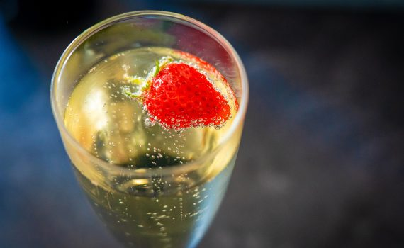 Fizzy fruit made with dry ice goes well with carbonate drinks, like champagne or soda.